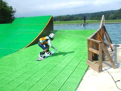岩手県の「ケッパレランド」内にあるウオータージャンプ施設。子どもが滑っているコースは初心者向けの「スモールキッカー」