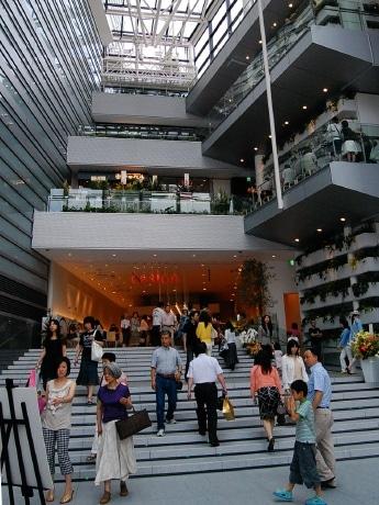 グランドオープンした「仙台ファーストタワー」。開放的なアトリウム空間が特徴
