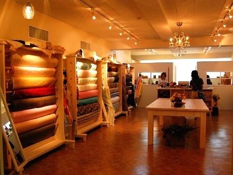 仙台市青葉区にオープンした「こまちの生地屋さん」店内。100種類以上の生地や副資材をそろえる