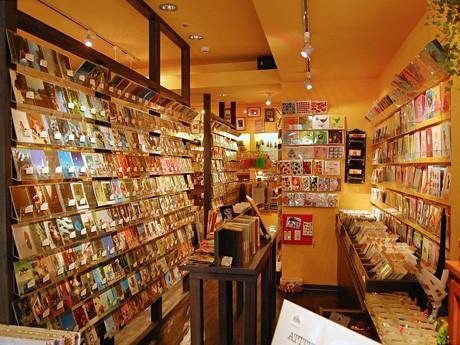 仙台東映プラザ1階にオープンした「インキュテック」。ポストカードやコラージュ材料が所狭しと並ぶ店内