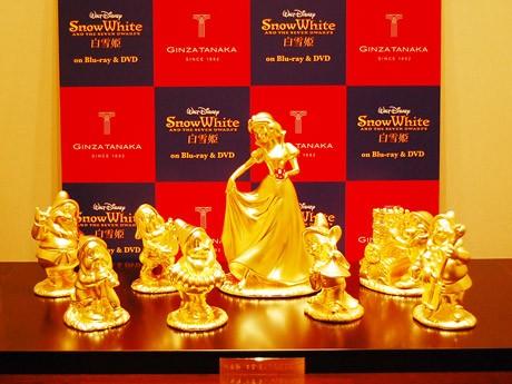 まばゆい輝きを放つ純金製「白雪姫と7人のこびと」