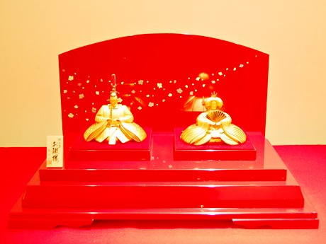 2体で約2キログラムの純金を使用した「純金製親王飾り」
