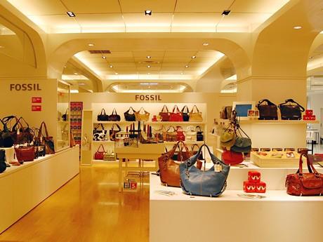 「フォッシルショップ 仙台パルコ店」の店内。バッグをメーンに200アイテムをそろえる