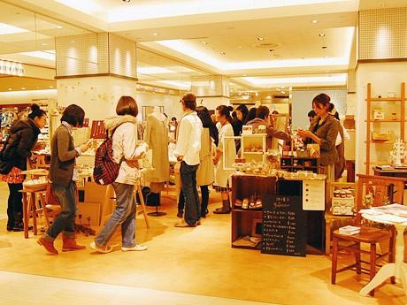 仙台や東北の作家らによる期間限定ショップ「ハルノイエ」。多くの利用客でにぎわったオープン初日の様子