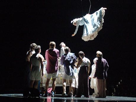 「コルテオ」序盤の1シーン。いまわの際を迎えた道化師が人生の祝祭を振り返る舞台の幕開け