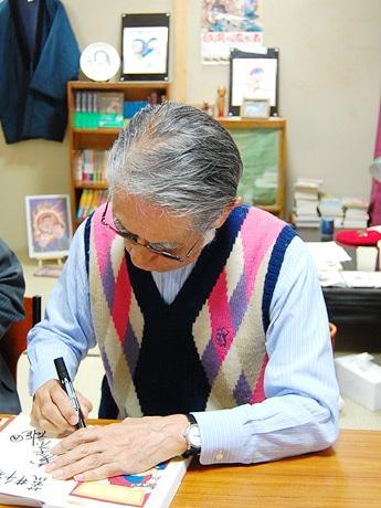 トキワ荘14号室をバックに、コミック予約購入者先着50人にサインを行う藤子不二雄Aさん