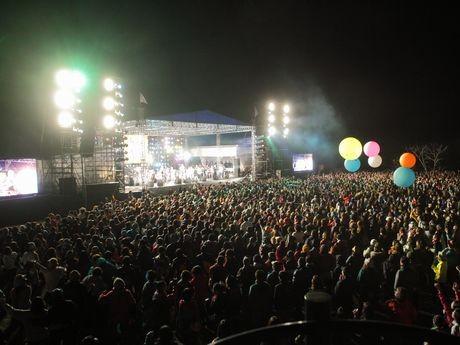 「ARABAKI ROCK FEST.10」フィナーレの様子。会場一体となって「雨上がりの夜空に」を歌った