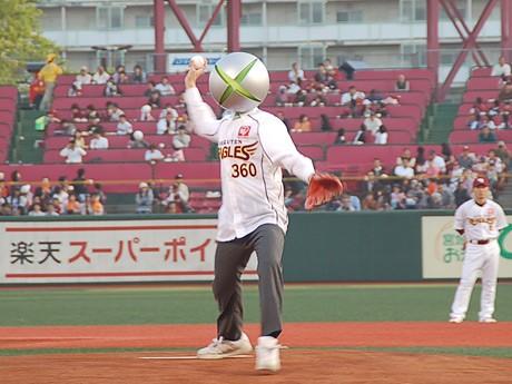 始球式を務めた「Xbox特命課」の三六丸。ボールは弧を描いて楽天・嶋基宏捕手のミットへ