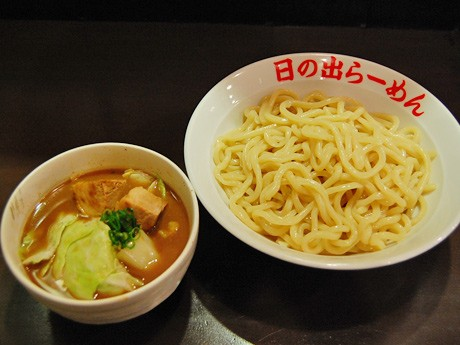 「日の出らーめん 仙台分店」の看板メニュー「剛つけ麺」。福島県の製麺所で製造する特注極太麺を使用