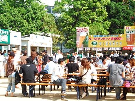 晴天に恵まれ、多くの利用客でにぎわう錦町公園=12日15時ごろ