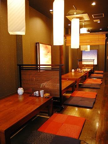 仙台駅東口にオープンした和風居酒屋「鳥の都」。「均一店のイメージを覆すような雰囲気を意識した」という店内