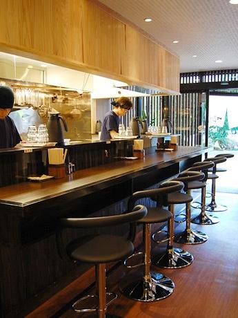 仙台駅東口にオープンした「麺匠 ぼんてん」。女性1人でも入りやすい雰囲気を意識した店内