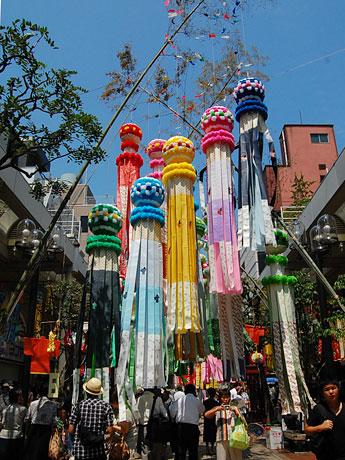 青空に恵まれた「仙台七夕まつり」初日。風に揺れる竹飾りが市民や観光客の目を楽しませる