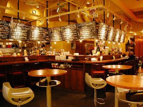 「南欧バル イナトーラ」店内。奥には2人掛け、4人掛けのテーブル席も