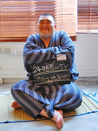 「27時間寝ずにトークで走り続ける」と意気込みを見せる「平成の仙台四郎」こと同局営業担当の阿部大地さん