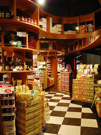 マーブルロードおおまち商店街にオープンした「カルディコーヒーファーム」店内。世界各国の輸入食材が並ぶ