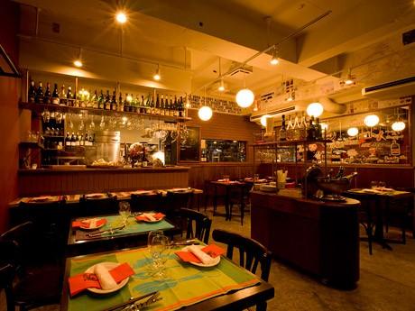 自然派ワインと炭火ビストロの店「ノート」店内。店舗デザインは仙台のデザイナー、オオバリキヤさんが手掛けた