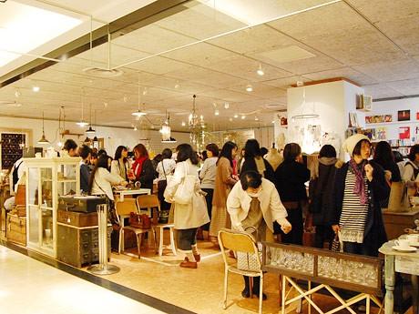 開催初日の店内。開店1時間で約200人が来場する盛況ぶりで入場制限も