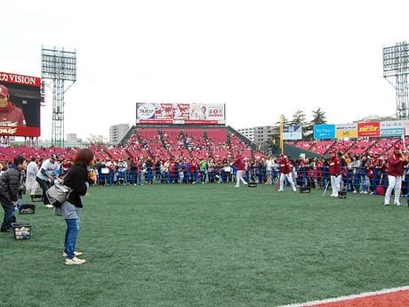 「楽天イーグルス ファン感謝祭」の様子。グラウンド上で選手とファンが交流を楽しんだ