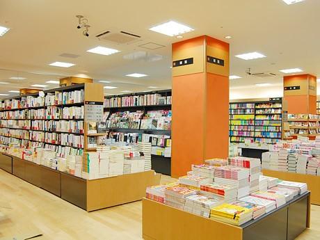 「あゆみブックス」仙台一番町店の店内。同書店最大となる200坪の売り場に12万冊を在庫