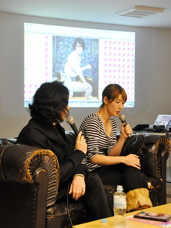 「occur2010 摩磋」オープニングを飾ったスプツニ子さん(写真右)