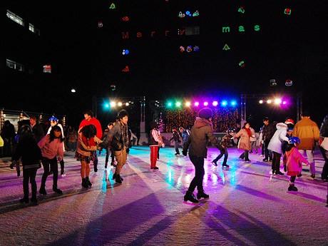 夜になるとライトに照らされ幻想的な雰囲気の「センダイウインターパーク」スケートリンク