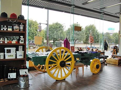 「ホースギャラリー・チモシー」店内。馬具や乗馬用品、乗馬用ファッションアイテムなどが並ぶ