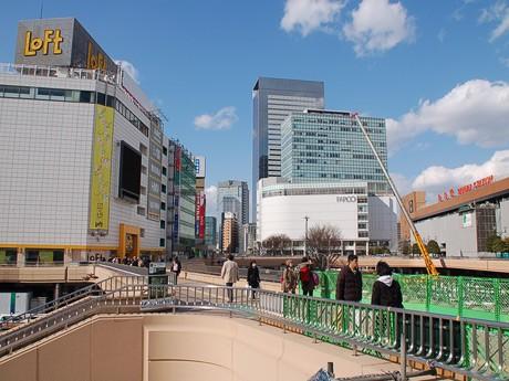 商業ビルの営業再開とJR線の運行再開で徐々に人通りが戻ってきた仙台駅前