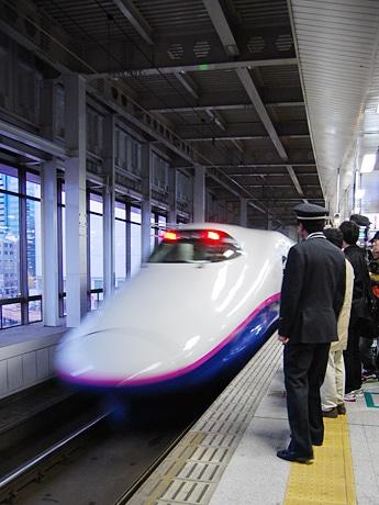 仙台駅から東京駅まで通常料金の約半額で移動できる。写真はJR仙台駅の新幹線ホーム