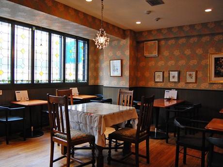 紅茶専門店「ハムステッドティールーム」の店内。震災から間もなく店を開け、5月1日にリニューアルオープンした