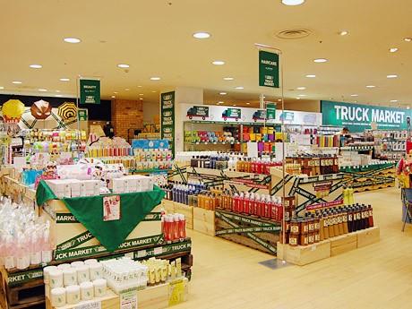 泉中央駅前の商業施設「セルバ」に限定オープンしている「東急ハンズトラックマーケット」。写真=3月11日のオープン当日の様子