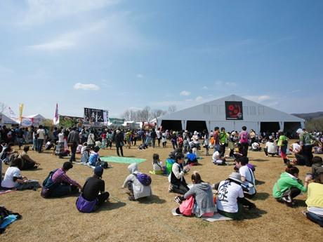 夏の開催となる「ARABAKI ROCK FEST.」。テーマロゴには「夏ノ暑サニモマケヌ」という言葉を加えた。写真は昨年の様子