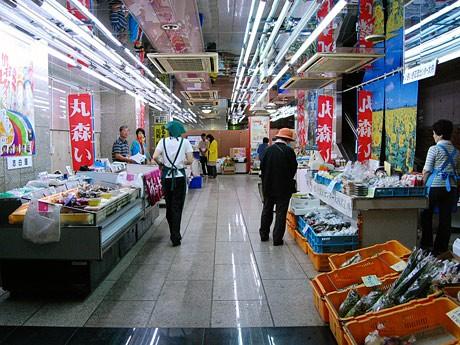 「食材王国みやぎ 地産地消市場」内。9日までは丸森町の特産品が並んだ