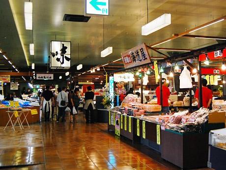 「杜の市場」内の様子。鮮魚や精肉、加工品、野菜など25店舗が並ぶ