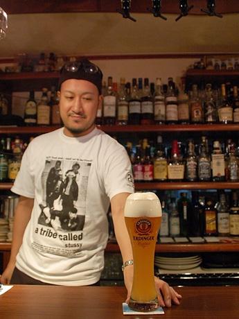 「アンバーロンド」オーナーの田村琢磨さんに、おすすめの「エルディンガー・ヴァイスビア」を注いでいただいた