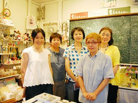 左から同店の泉友子さん、小野口るりさん、房州久美さん、佐々木洋子さん、川村ゆかりさん。同店内で