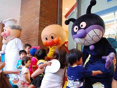 オープン直後の様子。出迎えたアンパンマンとバイキンマンに子どもたちが抱きついた