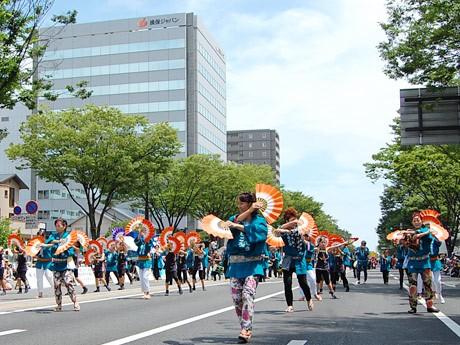 仙台駅東口・宮城野通り一帯で行われた「夏まつり仙台すずめ踊り」