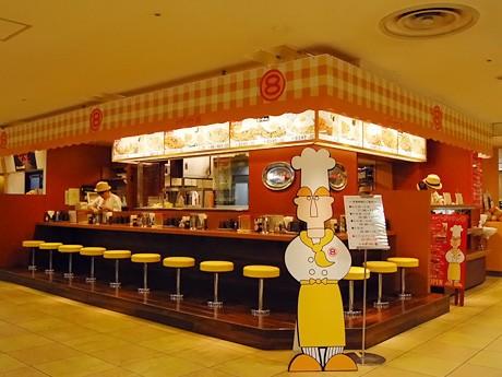「東京ナポリタン マルハチ」店内。オープンスタイルの店内にL字型のカウンター席を配置