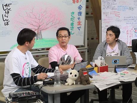 「今夜も生でさだまさし」生放送の様子。左から音響効果の住吉昇さん、さだまさしさん、放送作家の井上知幸さん