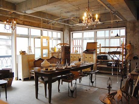 移転オープンした「HYGGE」2階。コンクリートの質感を打ち出した店内にアンティーク家具が並ぶ
