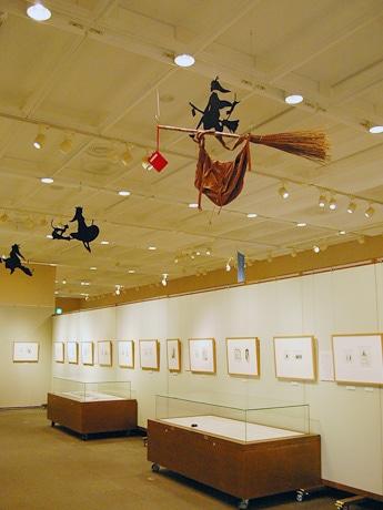 仙台文学館で始まった企画展「角野栄子『魔女の宅急便』の世界」の様子。ハロウィーン時期の開催となった