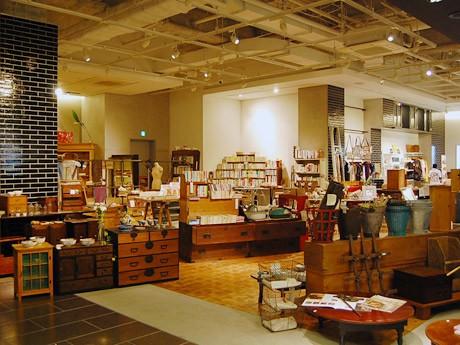 展示販売イベント「+R」の様子。それぞれの店の雰囲気を感じながら品物選びが楽しめる