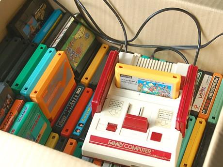 「ファミコンナイト」で会場に設置するファミコンとソフトの一部。「純正にこだわった」と菊地さん