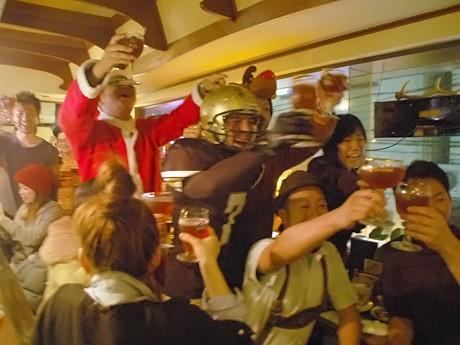 「エル・ディアブロ」解禁の瞬間。カメラに向かってビール愛好家が集う各地の店と乾杯