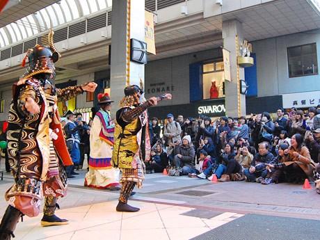 「くの一にこにこ体操」お披露目の様子。藤崎特設ステージ前に約350人が集まった