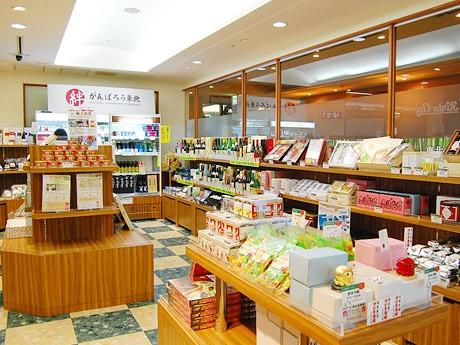 仙台駅3階にオープンした「絆 がんばろう東北」店内。東北の米や加工品、地酒、復興応援商品など300点が並ぶ