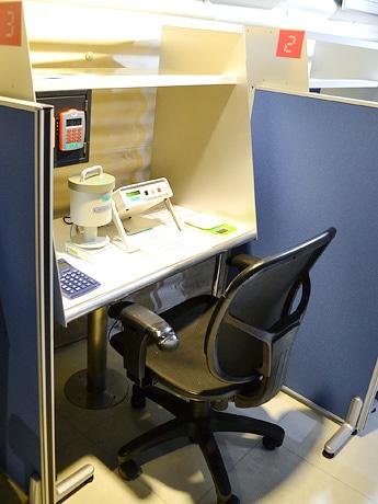 放射能測定器レンタルスペース「ベクサーチ」仙台店。スタッフの説明を受けながら利用者自身で測定する