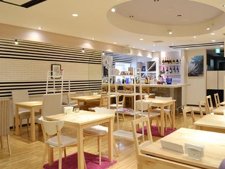「カフェ&ダイニングバー モラド」店内。白と木目で明るく温かみのある空間が特徴