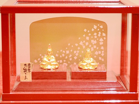純金8グラムを使った「親王飾り」。「GINZA TANAKA」仙台店で3月3日まで展示